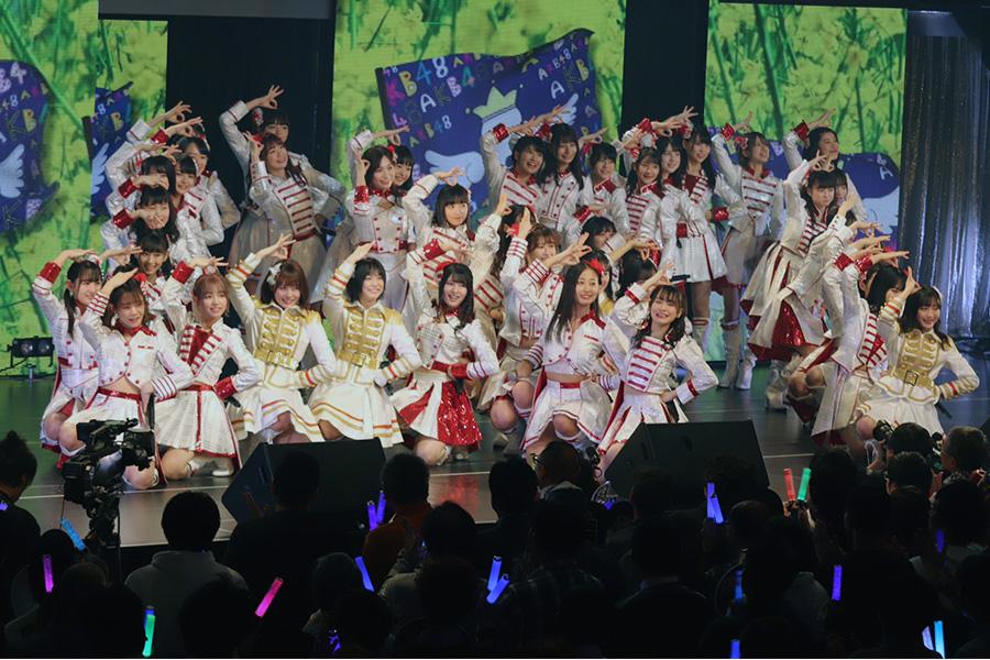 パフォーマンスを見せる「AKB48」のチーム8【写真:ENCOUNT編集部】