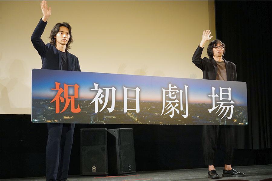 映画「劇場」のリモート初日舞台あいさつに登場した山崎賢人(左)と行定勲監督【写真:ENCOUNT編集部】