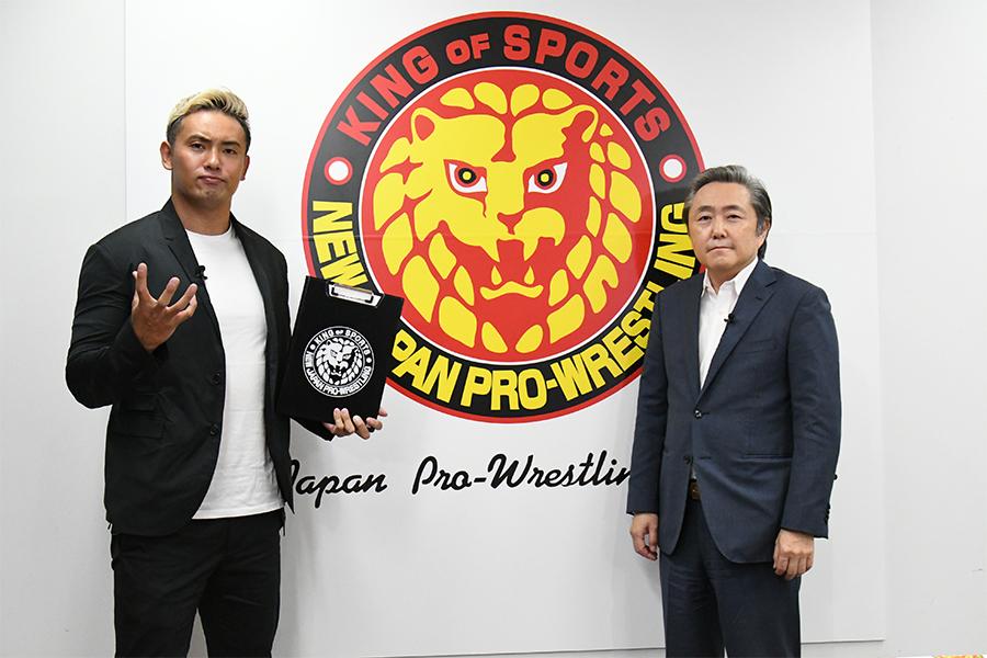 会見に登場したオカダ・カズチカ(左)と菅林直樹会長 (C)NJPW