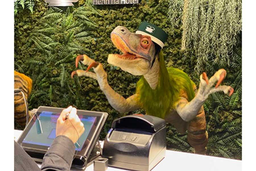 フロントでの受付業務を担当する恐竜ロボット