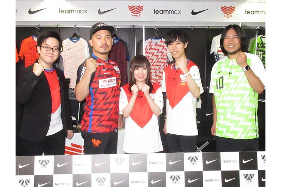 ジョビン(左から2番目)が着用しているのが今回の新ユニフォーム、スポンサーロゴも映えている