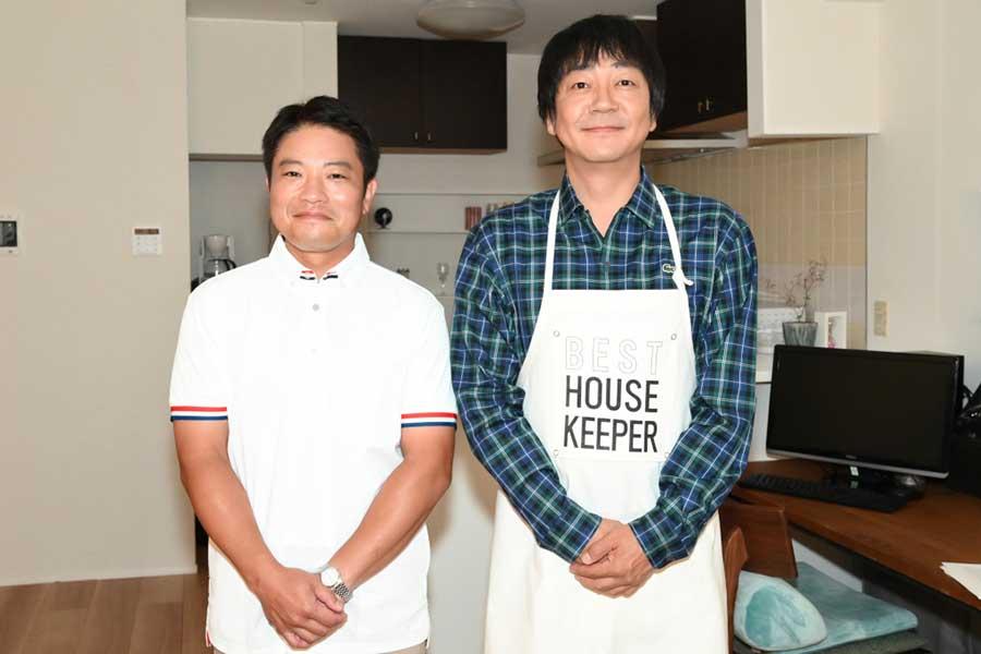 鴫野ナギサ役の大森南朋(右)と、料理監修を務める栗原心平【写真:(C)TBS】