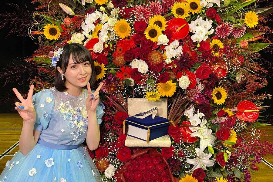 ファンから贈られたスタンドフラワーにはガラスの靴が(C)AKB48