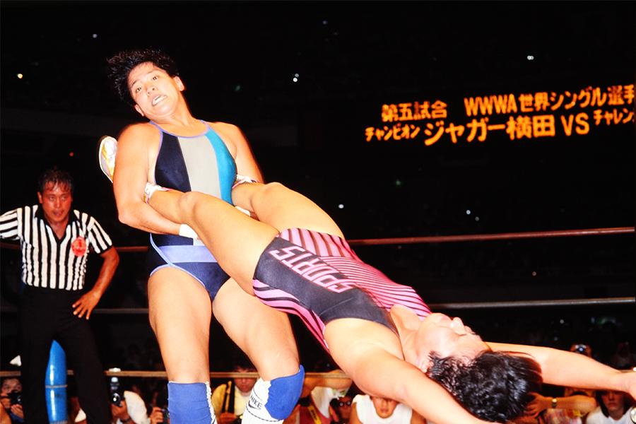 8月22日全女日本武道館大会のメイン ライオネス飛鳥(左)とジャガー横田のWWWA世界シングル戦【写真:平工 幸雄】