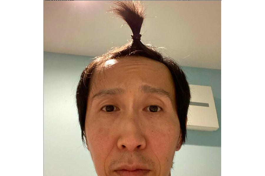 娘が結んでくれた髪型を披露した「アンガールズ」山根良顕【写真:インスタグラム(@ungirls_yamane)より】
