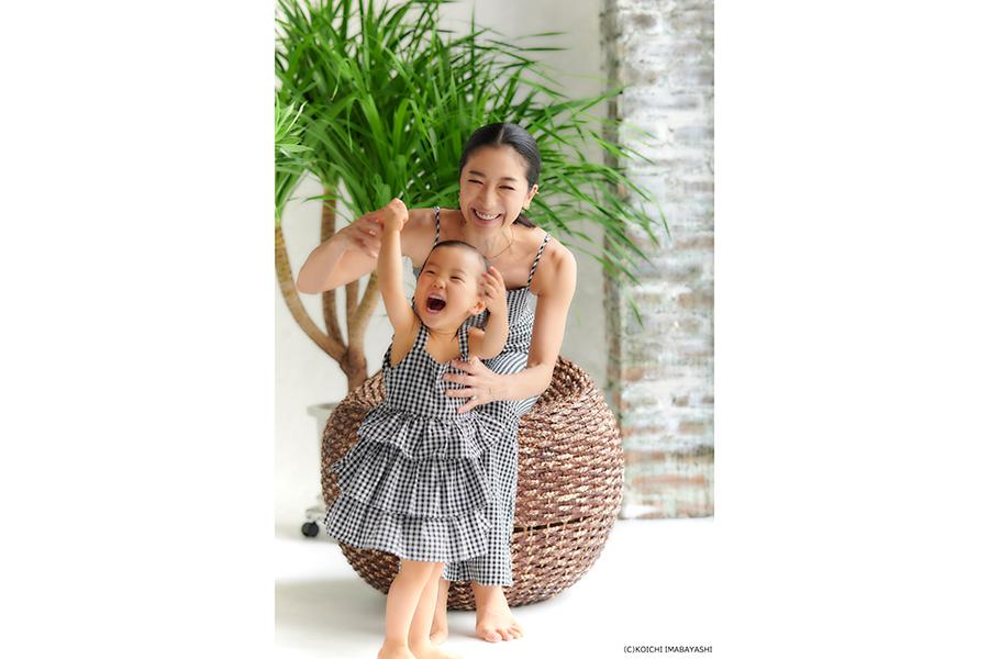 家事・育児の幸せを笑顔で語る八反安未果さんと長女【写真:KOICHI IMABAYASHI】