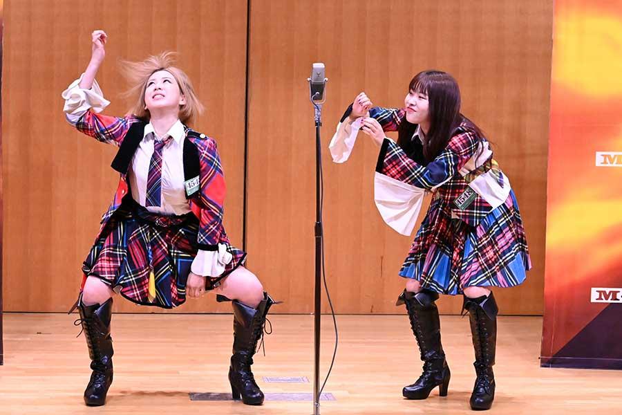 「M-1グランプリ2020」2回戦に進出した「AKB48」の大家志津香(左)と中西智代梨【写真:(C)M-1グランプリ事務局】