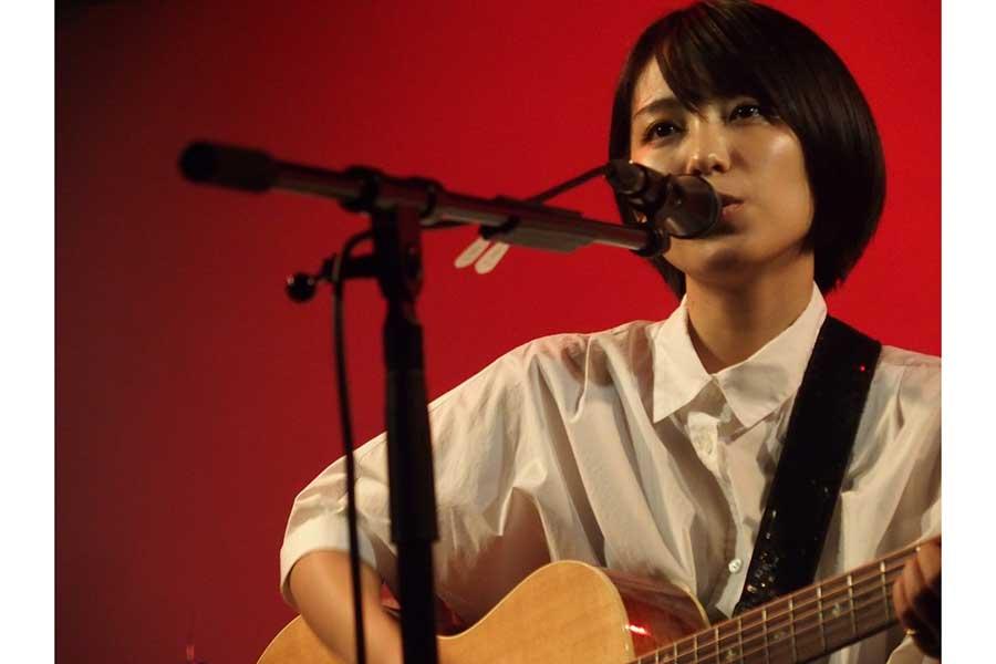 自身初となる無観客有料生配信ライブを行ったmiwa