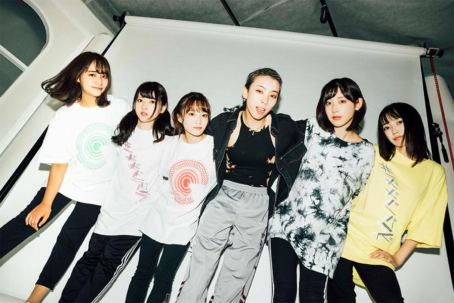 カミヤサキ(左から4番目)と「#ババババンビ」【写真:(C)横山マサト】