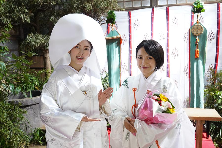 主題歌を歌うmiwa(右)が特別出演&澪(小芝風花)の白無垢姿【写真:(C)テレビ朝日】