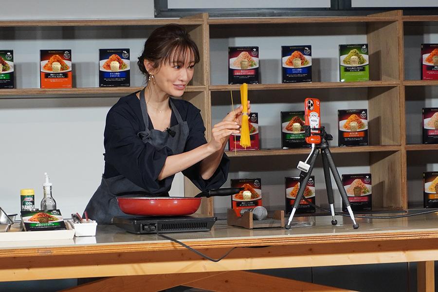 松本まりかが「大人むけのパスタ」で調理【写真:ENCOUNT編集部】