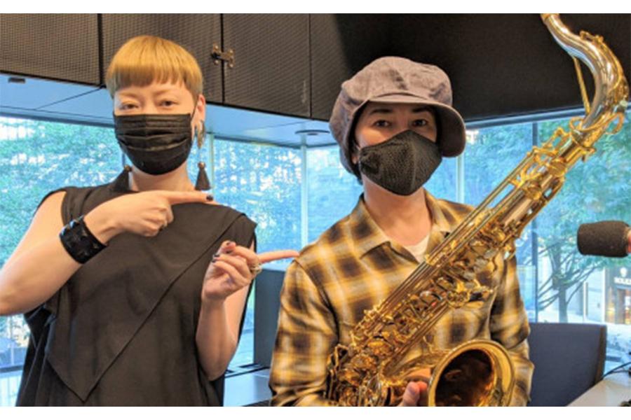 サックスを持った武田真治(右)