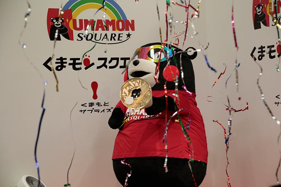 「くまモンスクエア」来館者数300万人達成記念イベントにくまモン登場【写真:(C)2010熊本県くまモン】