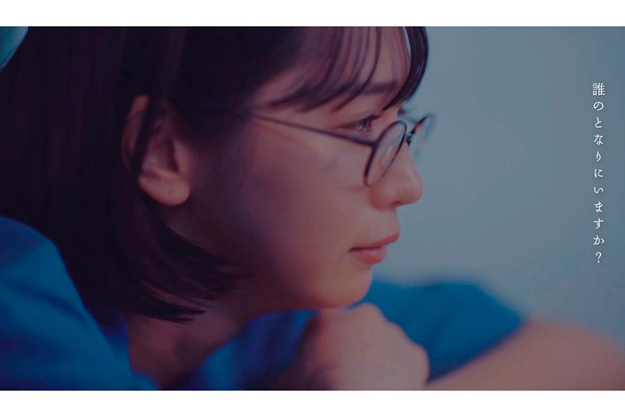 """注目女優・傳谷英里香の""""頬を伝う涙""""に注目 MV主演で描く「淡くて切ない」恋模様"""