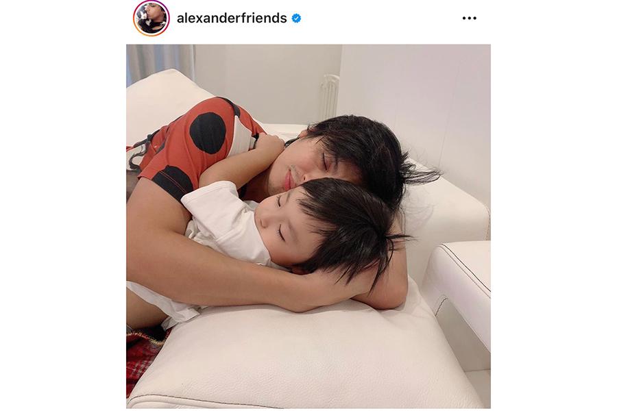 息子と添い寝するアレクサンダー【写真:インスタグラム(@alexanderfriends)より】