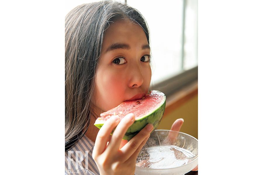 18歳リケジョ・舞子がFRIDAYに初登場! 上京したてのグラマラスボディー開放