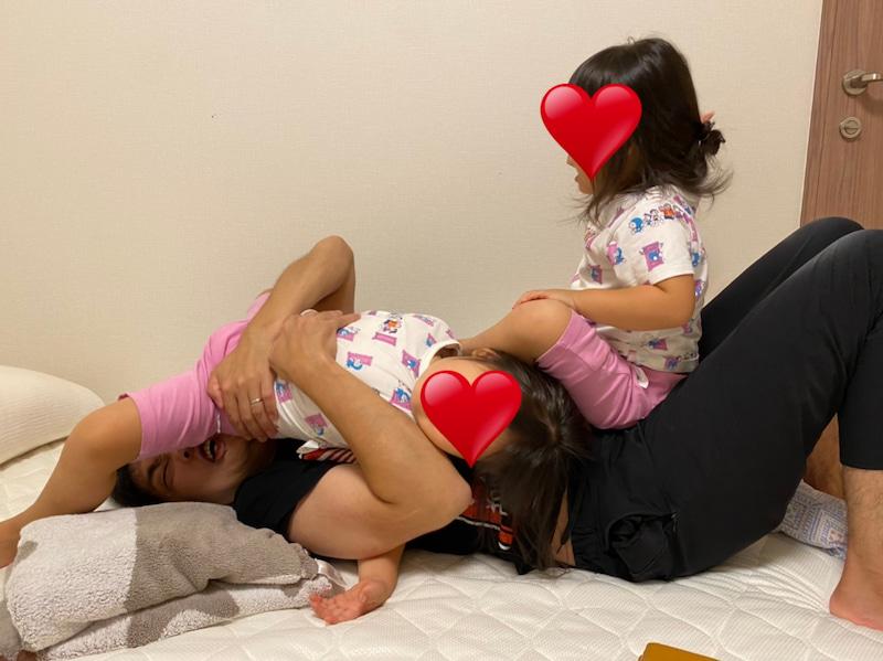 """ノンスタ石田、3姉妹""""川の字""""で寝そべる幸せ写真にメロメロ「もうたまらんです」"""