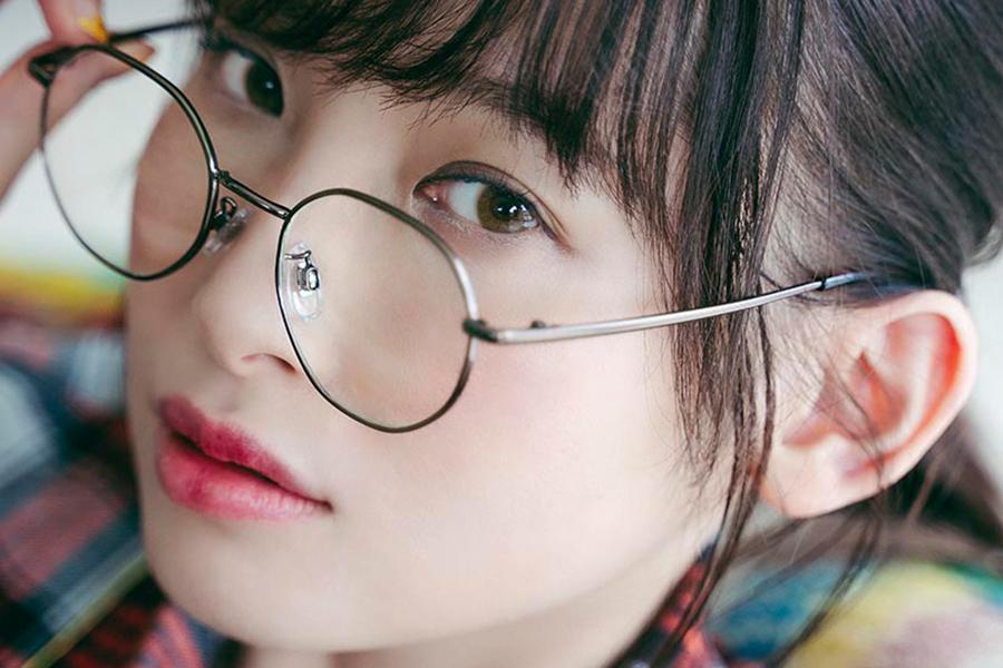 パジャマ+メガネ姿が新鮮な先行カット公開 声優・南條愛乃の2021年カレンダーブック発売