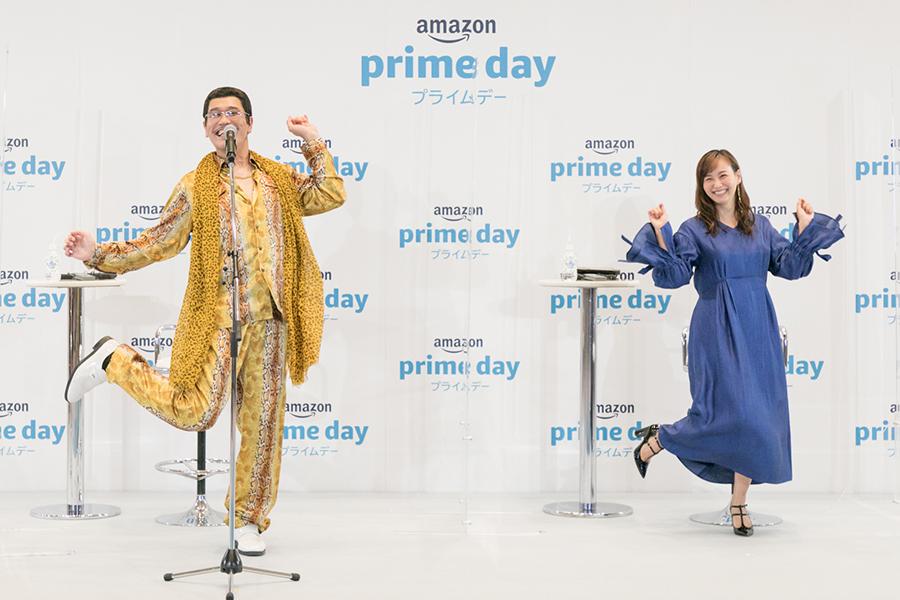 「PPAP」の特別版を披露したピコ太郎(左)と藤本美貴