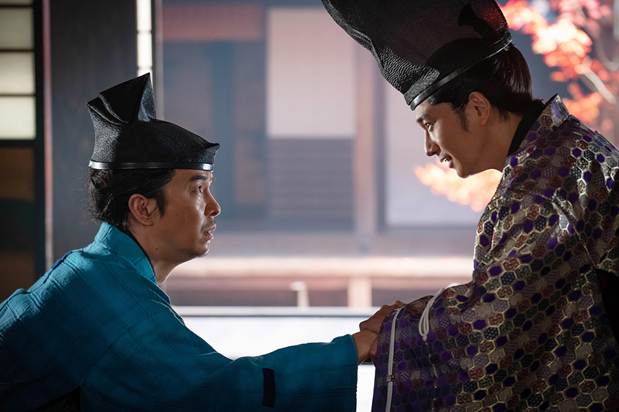 足利義輝役の向井理(右)と長谷川博己【写真提供:NHK】
