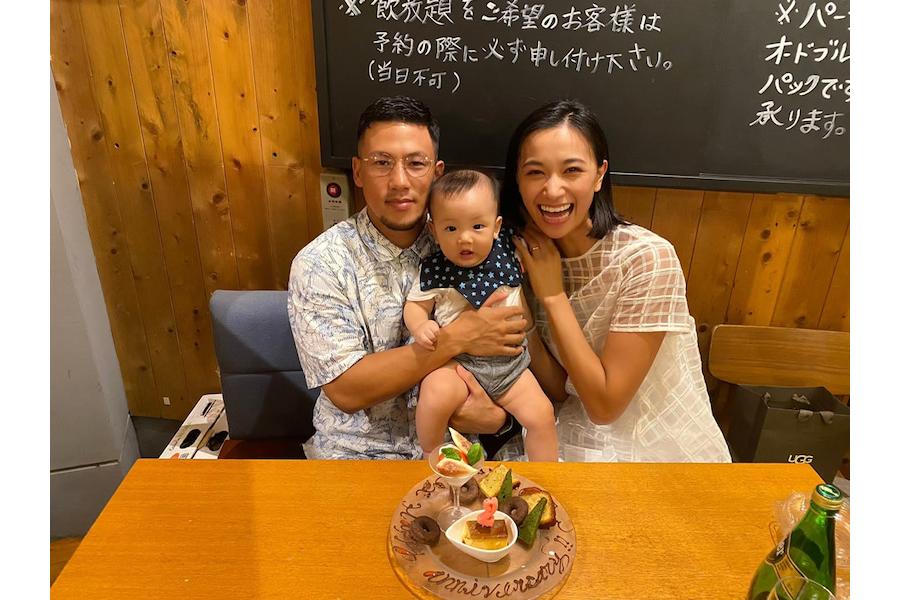 卜部弘嵩×高橋ユウが結婚2周年、むちむちの0歳長男を挟んだ幸せ3ショット公開