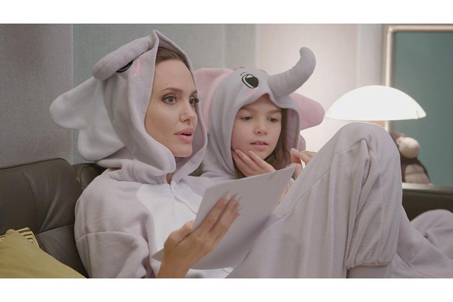 ゾウの着ぐるみを着て台本の読み合わせをするアンジェリーナ・ジョリー【写真:(C)2020 Disney】