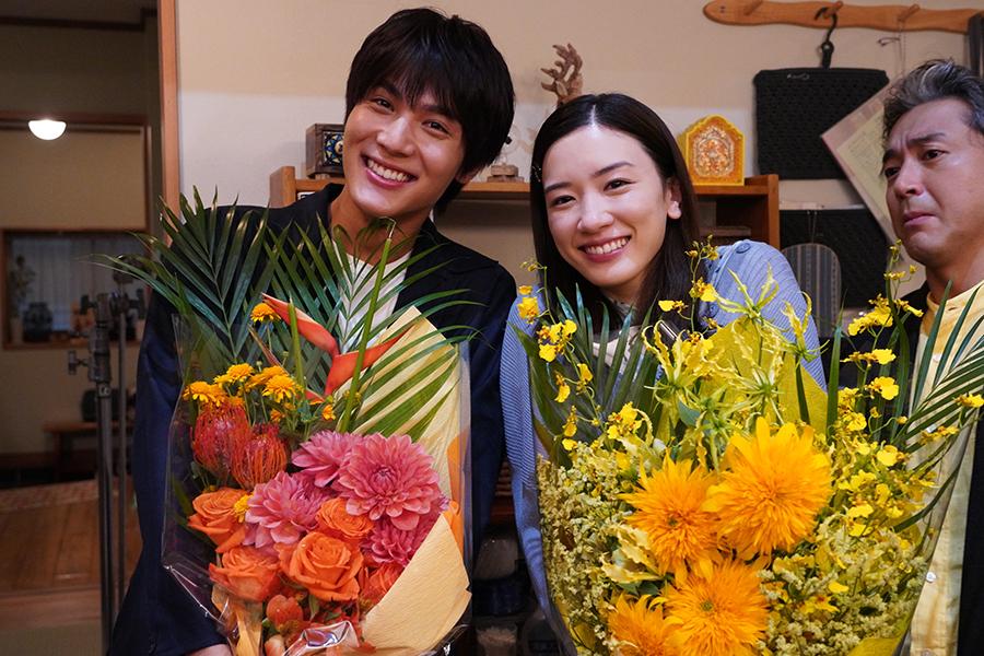 「オヤハル」永野芽郁&中川大志が撮影終了 永野「ムロさんの娘になれて…幸せでした」