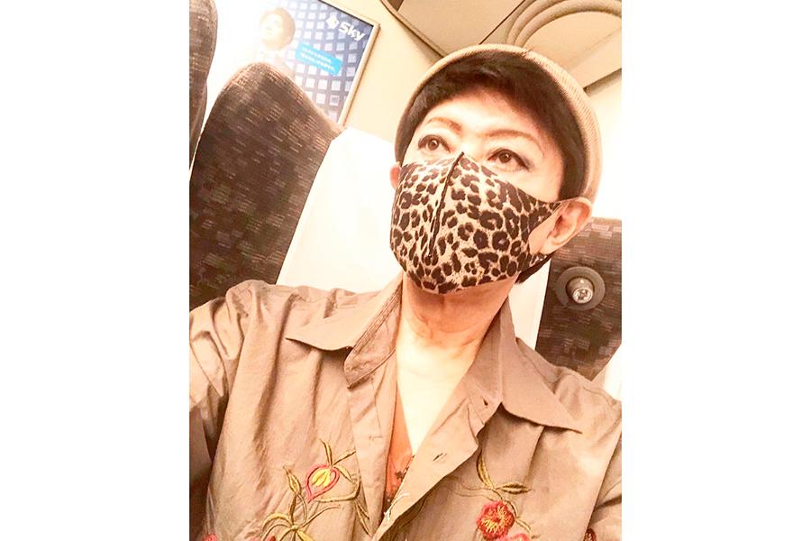 レオパード柄のマスクをした写真を公開した美川憲一【写真:(C)美川憲一オフィシャルブログ「しぶとく生きる」Powered by Ameba】