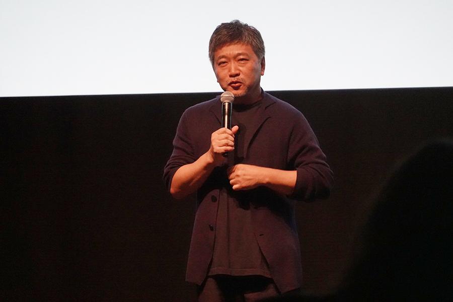 記者会見に出席し、映画祭への不満を口にした是枝裕和監督【写真:ENCOUNT編集部】