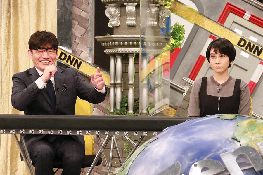 松本穂香(右)、「本当にファン!」の飯尾和樹と共演【写真:(C)フジテレビ】