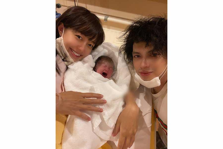 第2子の誕生を喜ぶ川崎希&アレクサンダー夫妻【写真:インスタグラム(@kawasakinozomi)より】