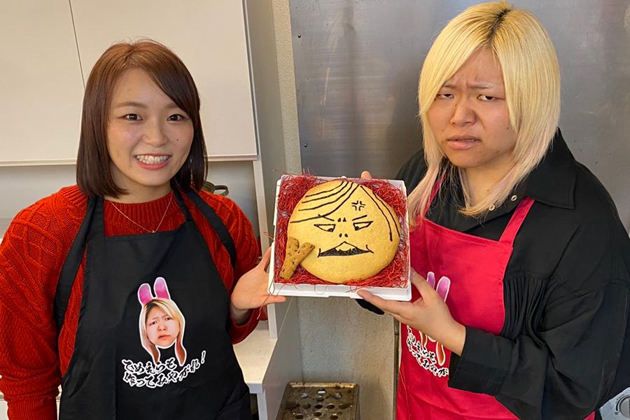 世志琥に似顔絵クッキー手渡したSareee(左)【掲載:ENCOUNT編集部】