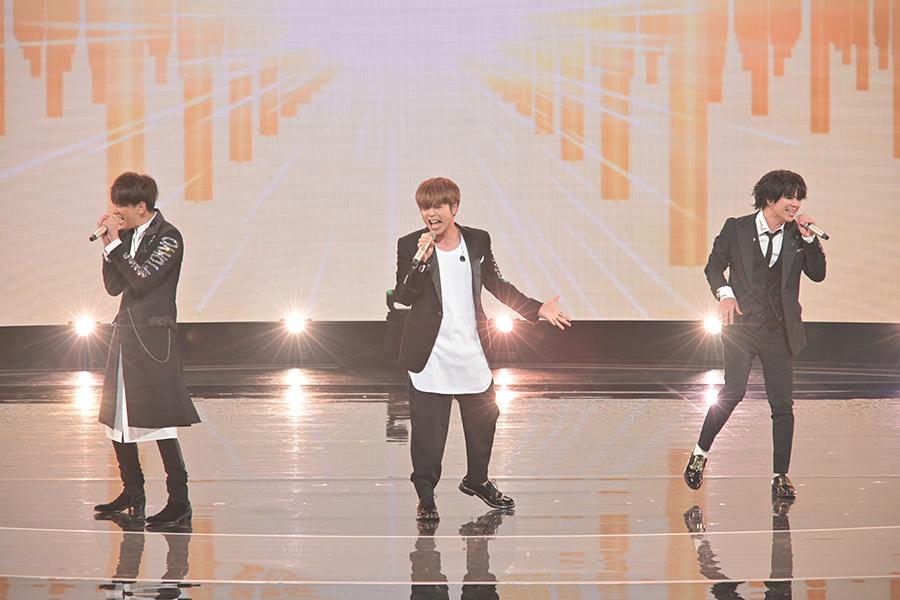 このステージだけの特注衣装でパフォーマンスを披露するNEWS【写真:(C)NHK】
