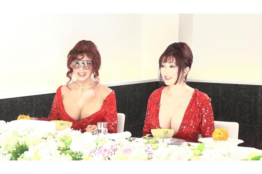 叶姉妹、豪華衣装で「ダウンタウンなう」出演【写真:(C)フジテレビ】