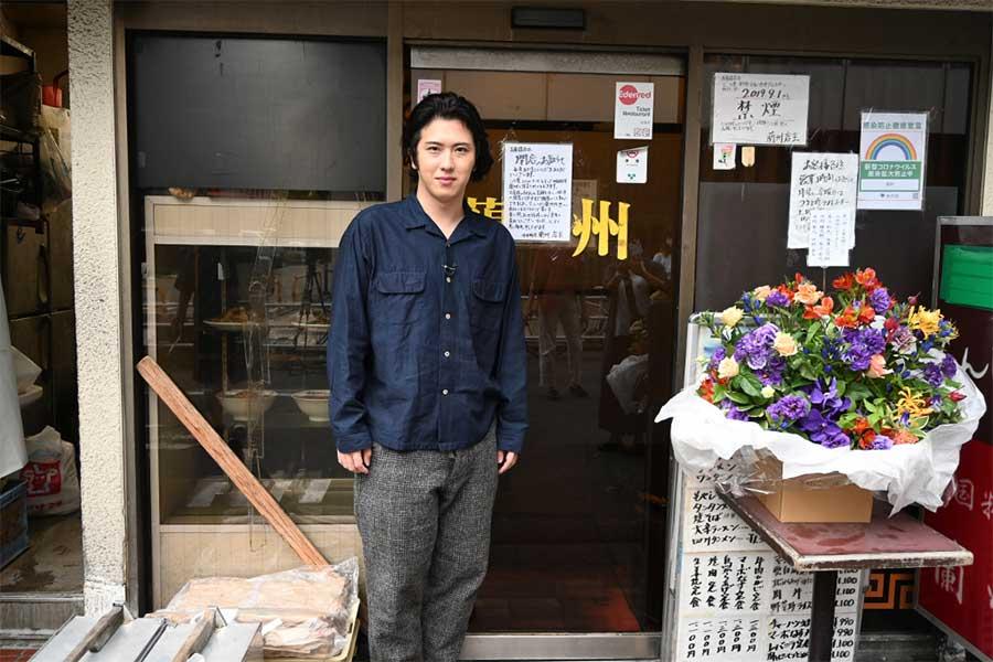 中華料理店「蘭州」を訪れた尾上松也【写真:(C)TBS】