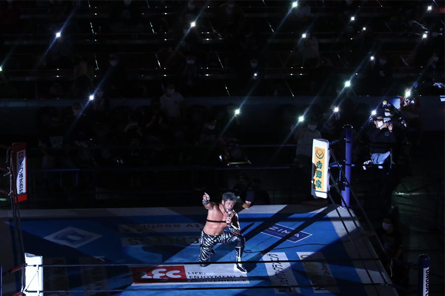 「この光景は、おれからのギフトだよ」SANADAの勝利にライトアップされた両国国技館【写真:山口比佐夫】