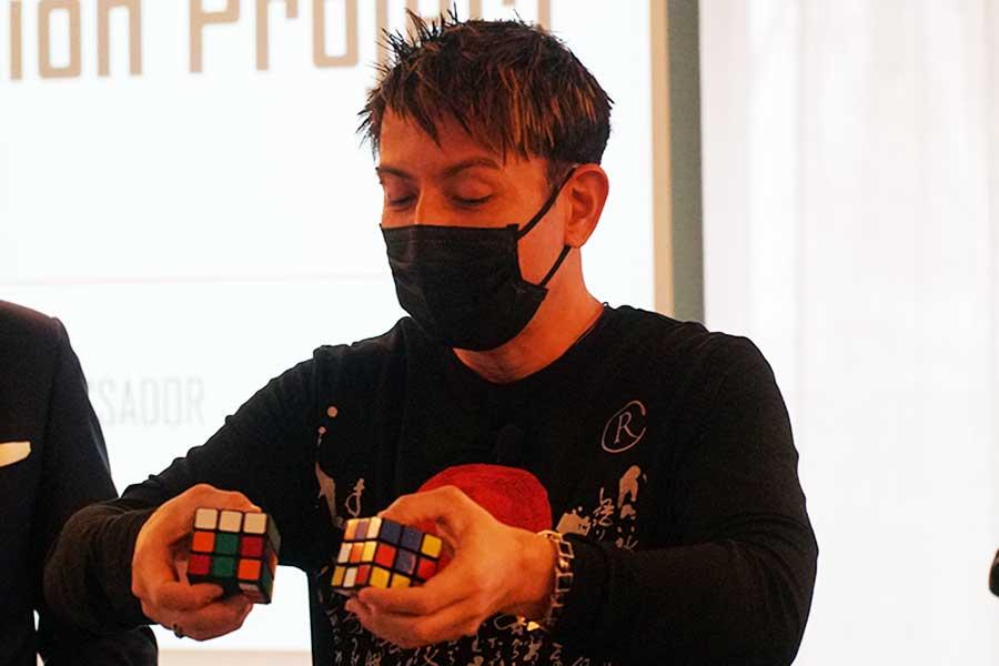 ルービックキューブを駆使するパフォーマンスを披露したセロ【写真:ENCOUNT編集部】
