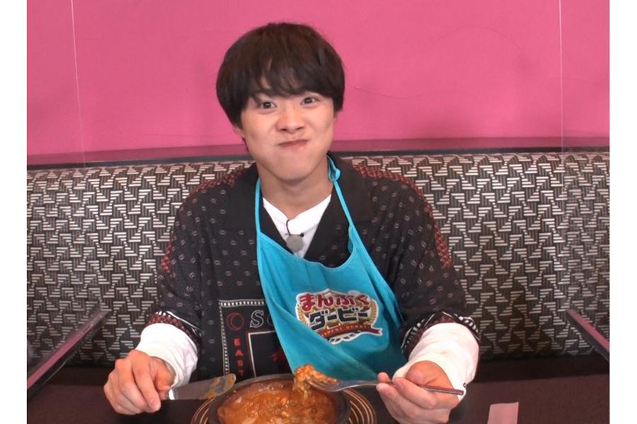 「まんぷくダービー」で豪快な食べっぷりを見せる「なにわ男子」高橋和也【写真:(C)TBS】