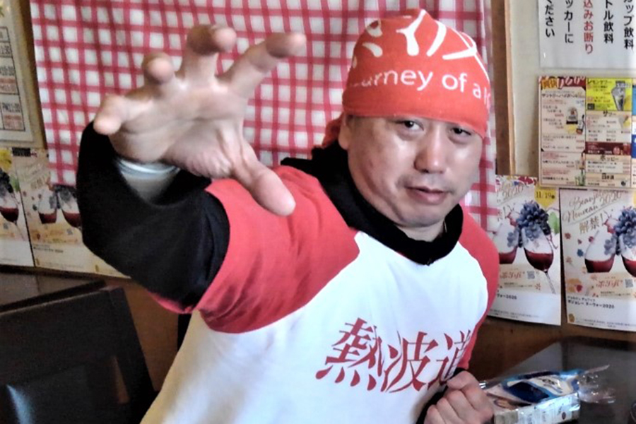 懐かしのファイティングポーズを披露する井上勝正【写真:柴田惣一】