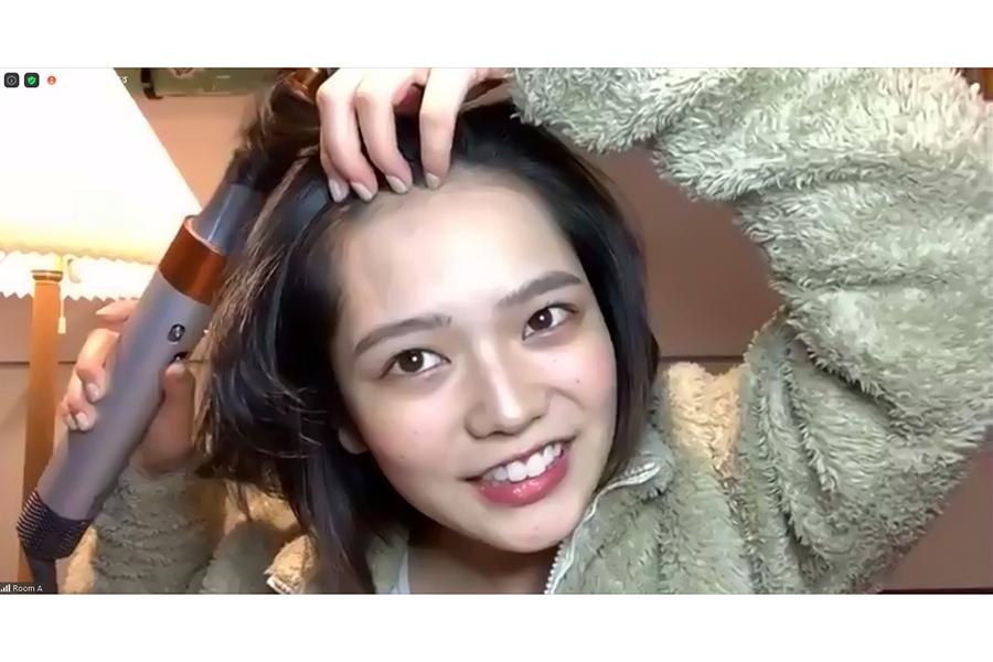 髪をセットするシーンを演じる湯川玲菜【写真:ENCOUNT編集部】