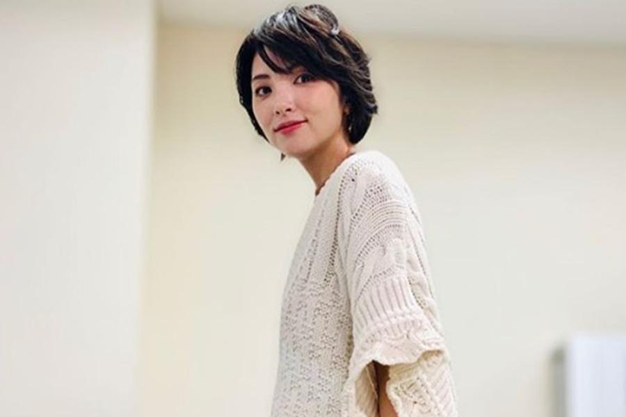 田中麗奈、上下ニットのホワイトコーデ公開「白もとっても似合う」「素敵な笑顔です」と話題に