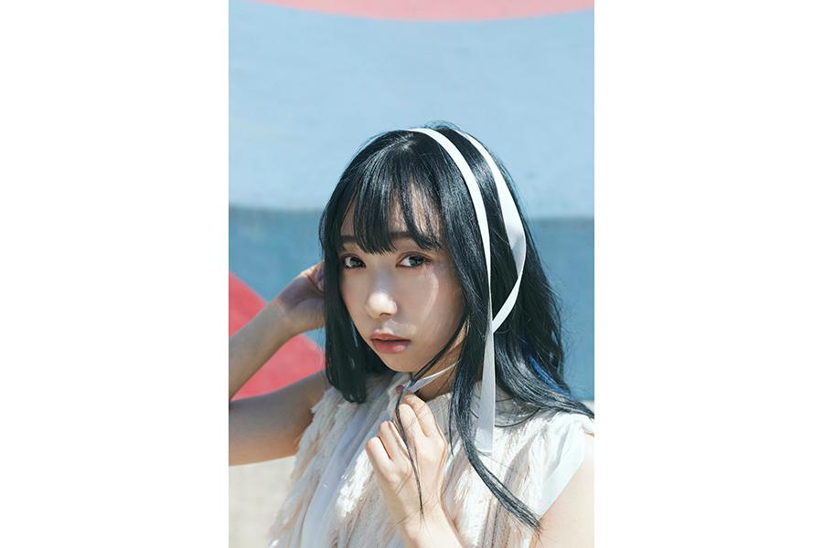 「小林愛香 CALENDAR & PHOTOBOOK 2021.4-2022.3」メインカット