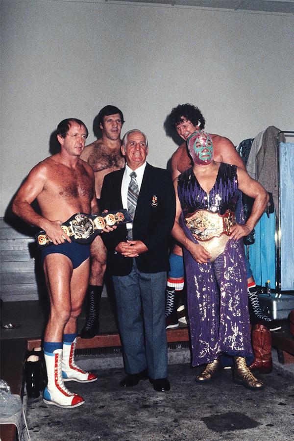 (前列左から)ドリー・ファンク・ジュニア、ロード・ブレアース(PWF会長)、ミル・マスカラス(ベルトはIWA世界ヘビー級)、(後列左から)ブルーノ・サンマルチノ、テリー・ファンク【写真:平工 幸雄】