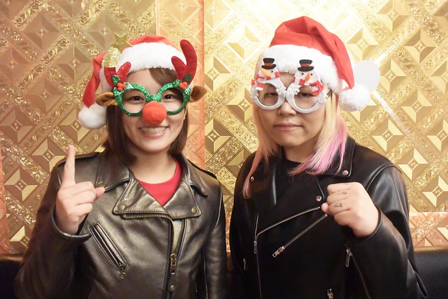 早くもクリスマスムードのSareee(左)、世志琥