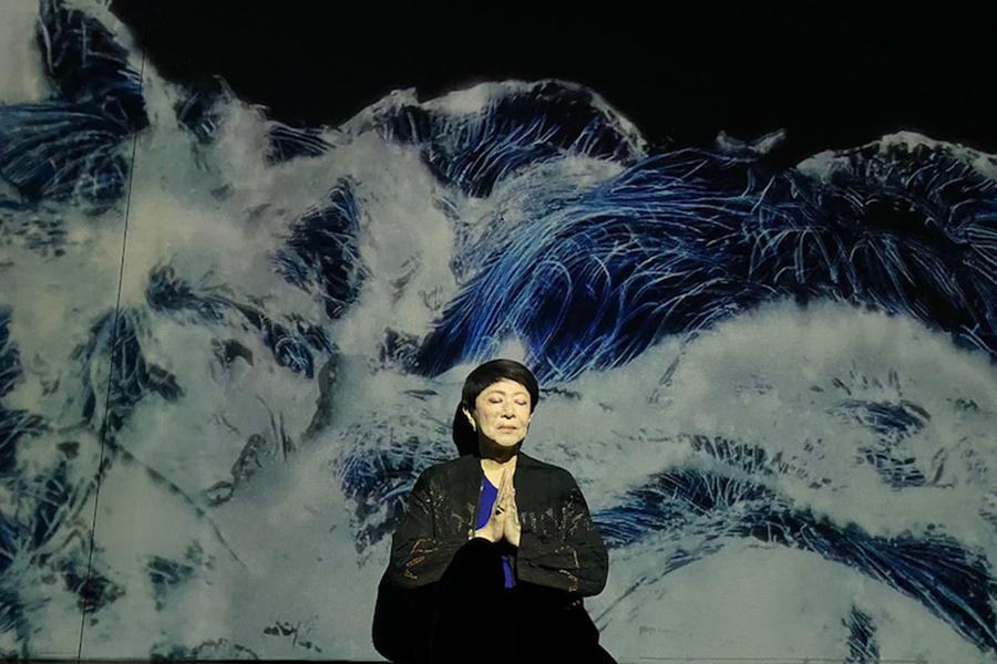 美川憲一、神秘的な光に包まれた芸術的な姿に驚き続出「このままポスターで使えそう」
