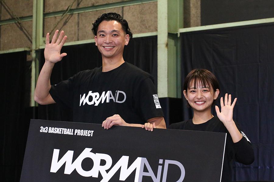 「WORMAiD」記者発表イベントに出席した落合知也選手とすみぽん【写真:ENCOUNT編集部】