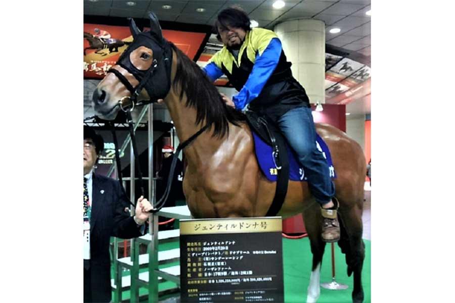 JRAのPRコーナーで騎乗した2年前の征矢【写真:柴田惣一】