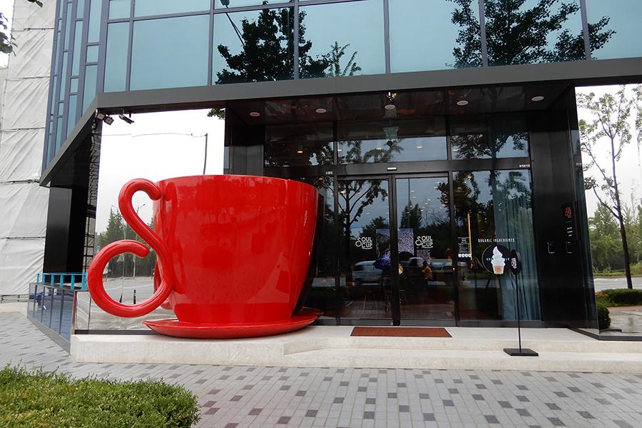 9階にオーガニック社員食堂が入る「JYP Entertainment」新社屋。1階のカフェテリアでもオーガニックコーヒーを提供している(2018年、筆者撮影)