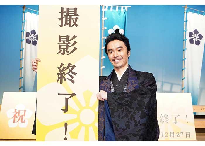 クランクアップして笑顔を見せる長谷川博己【写真:(C)NHK】