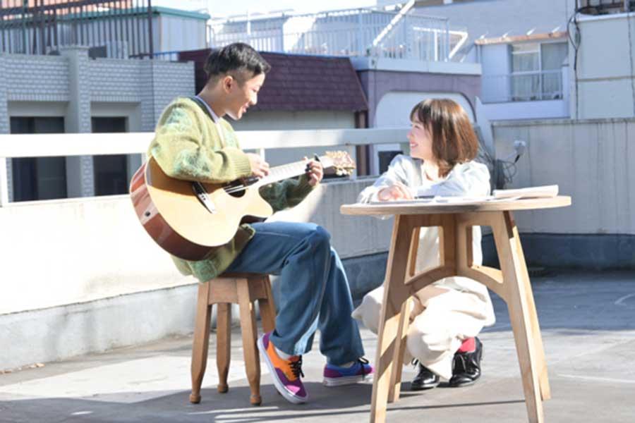 瑛人、新曲「僕はバカ」MVで飯豊まりえと共演「最高で楽しい撮影でした」